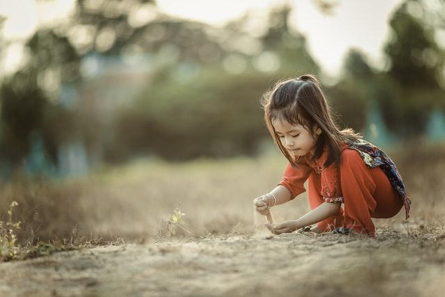 Contoh descriptive text tentang orang - Keponakan
