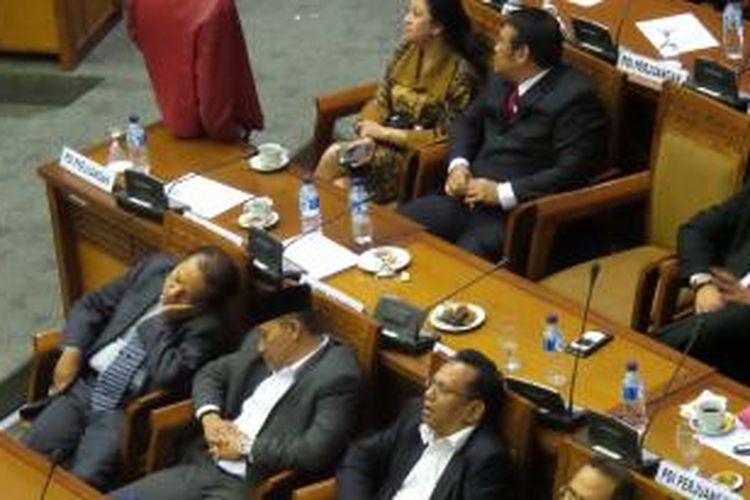 Contoh Teks Anekdot Politik: Susah Tidur